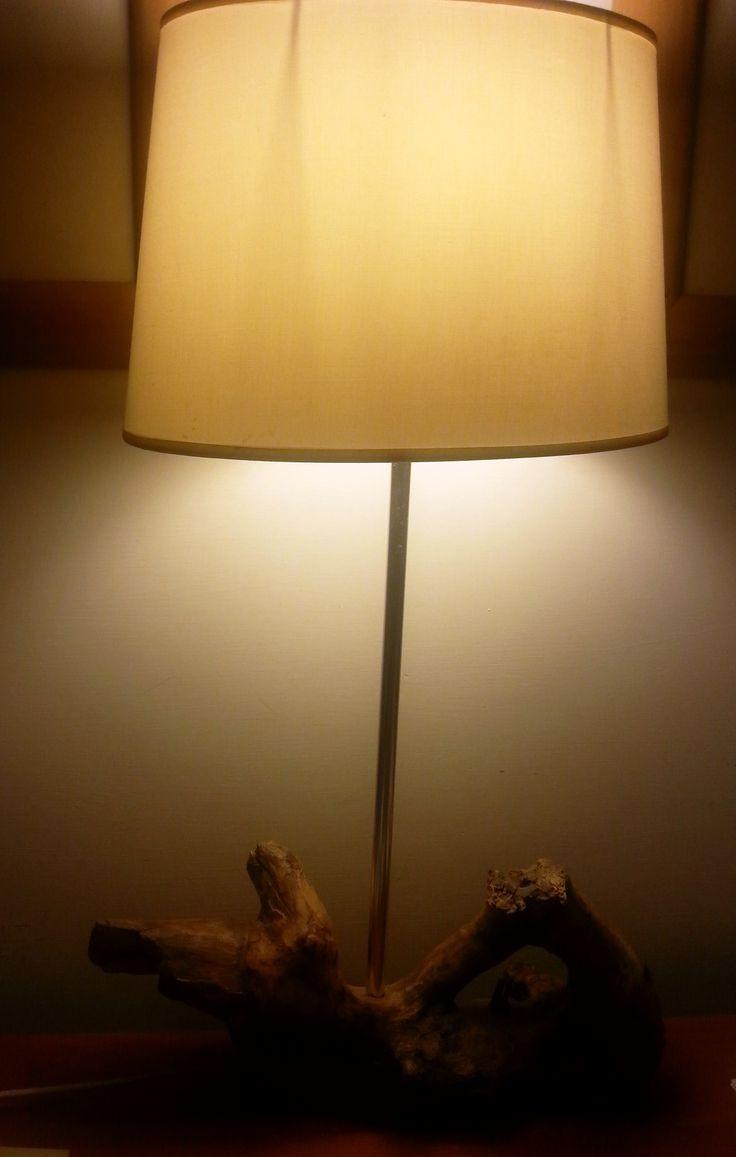Lampada realizzata da me usando legno recuperato sulla spiaggia.