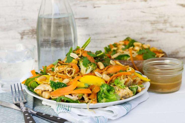 Recept voor pittige zomerse noodlesalade voor 4 personen. Met zout, olijfolie, peper, kipfilet, bospeen, mango, broccoli, spinazie (diepvries), pindakaas, koriander, noodles, chilipoeder en ketjap
