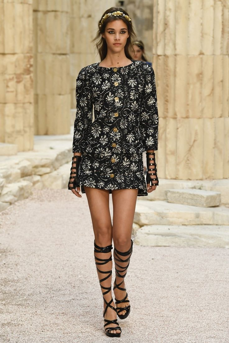 Chanel | Cruise 2018 | Look 29