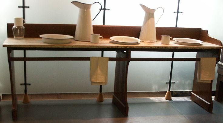 wastafel van hout met uitsparingen voor losse wasbakken compleet met regel voor het ophangen van handdoeken, afkomstig uit het Elisabeth Weeshuis en vervaardigd circa 1900