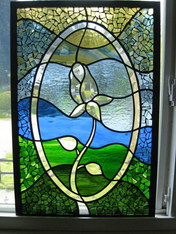 Misura 22,75 x 15 dimensioni. Questa finestra è un mix unico di vetrate tradizionali & mosaici di vetro colorato, come pure un cluster di smussatura come un centrotavola.