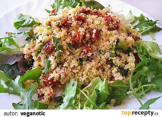 V míse promíchejte olivový olej, sůl, bazalku, nakrájená sušená rajčata a (zatím neuvařený) kuskus. Zalijte hrnkem vařící vody, mísu potáhněte...