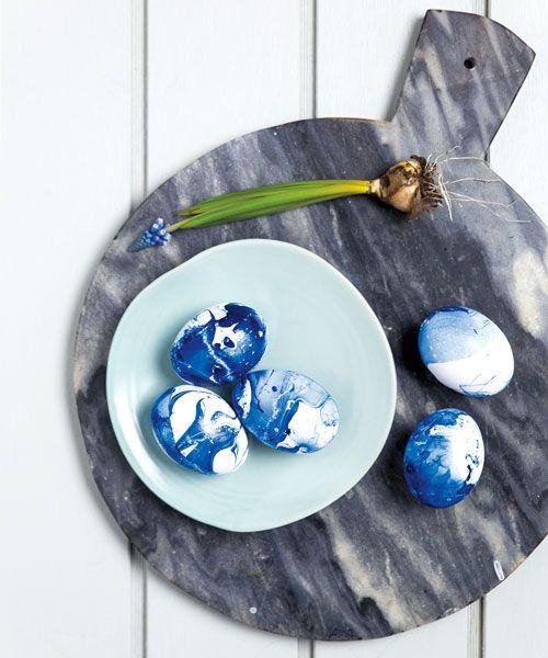 Att pyssla hör påsken till! Marmorera ägg med nagellack, fixa fint påskris eller gör fina äggkrukor – här är 4 vackra pyssel i påsk!