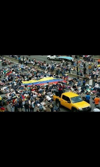 Protestas pacificas en la autopista Francisco Fajardo de #Caracas #4A