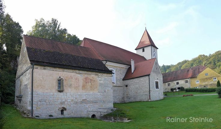 Kirche Sankt Martin mit Karner - Pfaffenhofen (Kastl).  Gleich bei Kastl gibt es den kleinen Ort Pfaffenhofen hier gibt es neben einer Burg auch eine Kirche mit ehemaligem Beinhaus zu sehen.  Der Karner ist ein doppelgeschossiger romanischer Gewölbebau mit seltenen romanischen Stuckverzierungen. Im Obergeschoss sollen sich gotische Wandmalereien befinden im Untergeschoss befand sich das Beinhaus.  Bei unserem Besuch war leider alles verschlossen weitere Informationen zu Kirche und Karner…