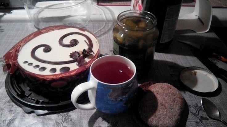 Шоколадный торт, соленые огурцы, сладкий чай, время-ночь