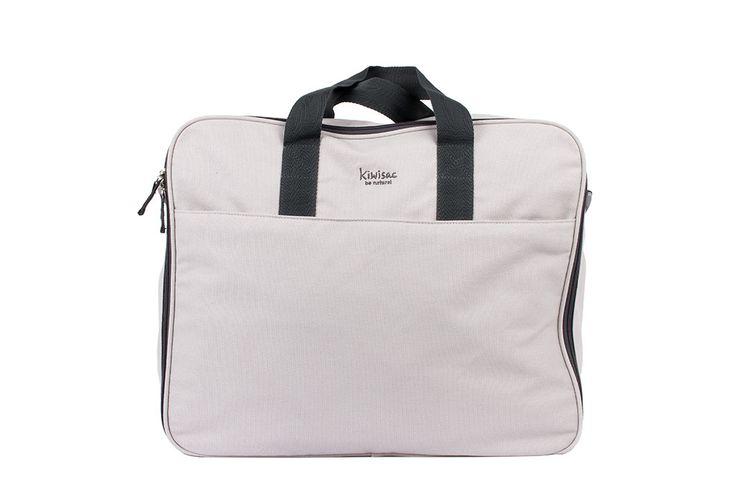 Práctica maleta en color gris para los viajes con el peque de la casa.