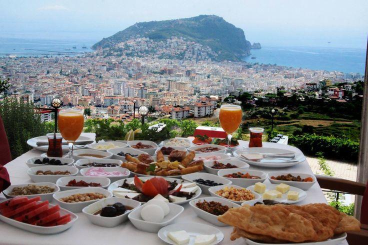 Настоящий Турецкий завтрак в Ресторане Zirve в Алании с восхитительным видом на город и море. Обязательно попробуйте, когда приедите отдыхать в эти края.