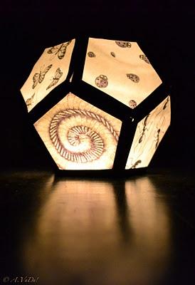 Lampion met insecten. Budget knutseltip van Speelgoedbank Amsterdam voor ouders en kinderen. Lekker samen een lampion knutselen en dan op 11-11 zingend langs de deuren.