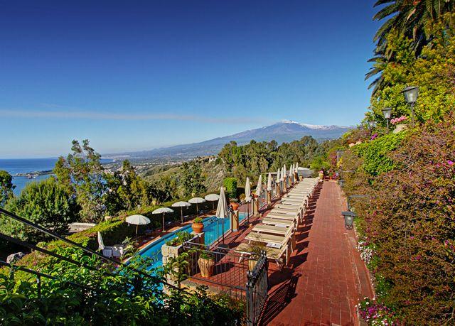 Un antico monastero convertito in hotel di lusso nel cuore del golfo di Taormina, con colazione, drink di benvenuto e sconto al ristorante.