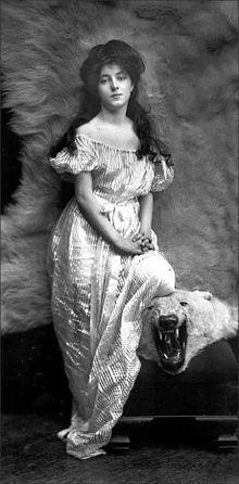 Evelyn Nesbit (1884 - 1967) fut une danseuse de revue américaine. Elle posa pour plusieurs artistes et photographes de renom. Elle est considérée comme l'une des Gibson Girls les plus marquantes. Sa notoriété lui vient principalement de son implication dans le meurtre de son ex-amant par son premier mari;