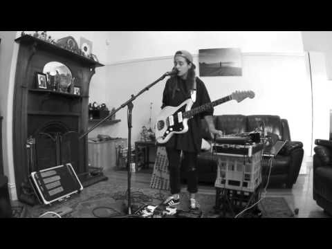 TASH SULTANA - JUNGLE (LIVE BEDROOM RECORDING) - YouTube