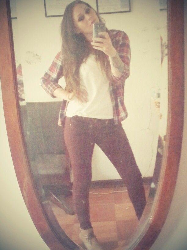 Polera blanca H&M, jeans color vino tinto Doo Australia,  camisa a cuadros H&M y botines color café claro.