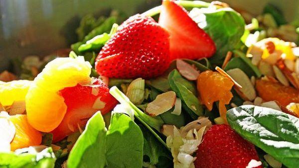 Insalatona freschissima che mette insieme frutta e verdura. Una ricetta ottima per i primi caldi estivi!