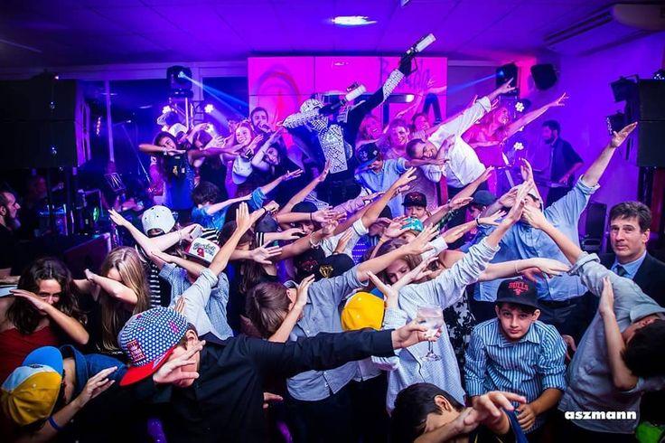"""54 curtidas, 3 comentários - Aszmann (@aszmannfotografias) no Instagram: """"Bar Mitzvah do Vinicius no Spazio. Uma festa muito animada que contou com a Banda Eletra e uma…"""""""