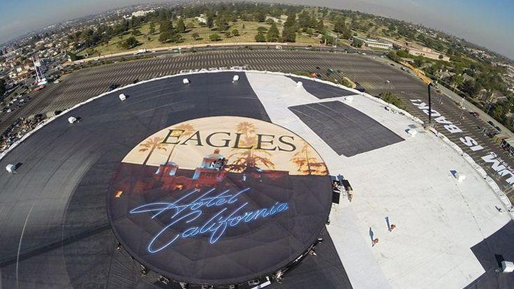 Une réplique de 124 mètres de large du fameux album du groupe de rock californien a été installée sur le toit d'une salle de spectacle, à l'occasion d'une série de concerts à Los Angeles.