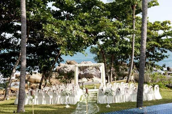 Spectacular garden ceremony at Pawanthorn Luxury Villas