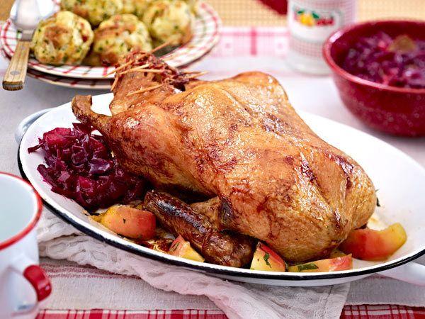 Ente mit Apfelrotkohl und Briocheknödeln als Hauptgang für ein weihnachtliches Festmahl