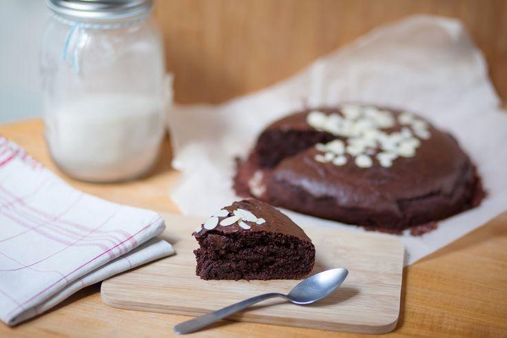 Dans un robot, fouettez le tofu avec le cacao, le sucre et la vanille. Ajoutez le chocolat fondu puis la farine, l'huile et le sel. Versez la préparation dans un moule graissé (ou en silicone) et parsemez d'amandes effilées. Enfournez à 180°C 35 à 40min, et régalez-vous!  -> Informations nutritionnelles par Marjorie Crémadès, diététicienne-nutritionniste: … Continuer la lecture de Fondant au chocolat au tofu soyeux
