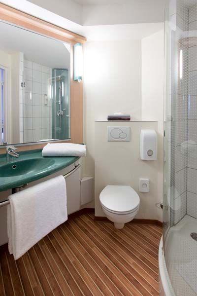 Salle de bain et douche sandard dans les chambres de l'hôtel Ibis #Luxembourg Aéroport http://www.ibis.com/fr/hotel-0974-ibis-luxembourg-aeroport/index.shtml