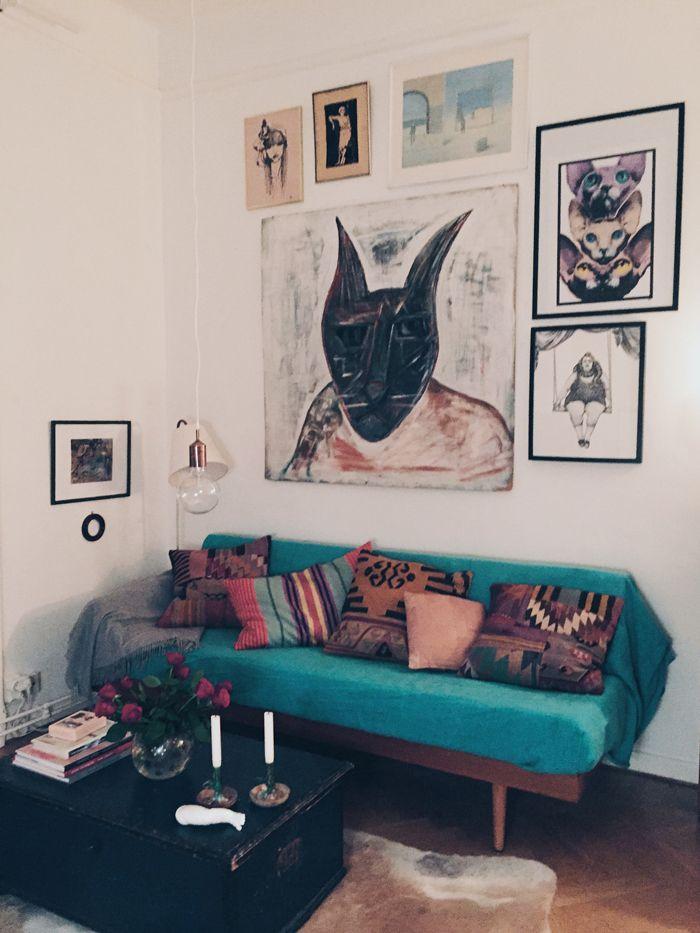 tavelvägg-katt-tavla-konst-kista-soffbord-mässing-lampa-soffa-blå