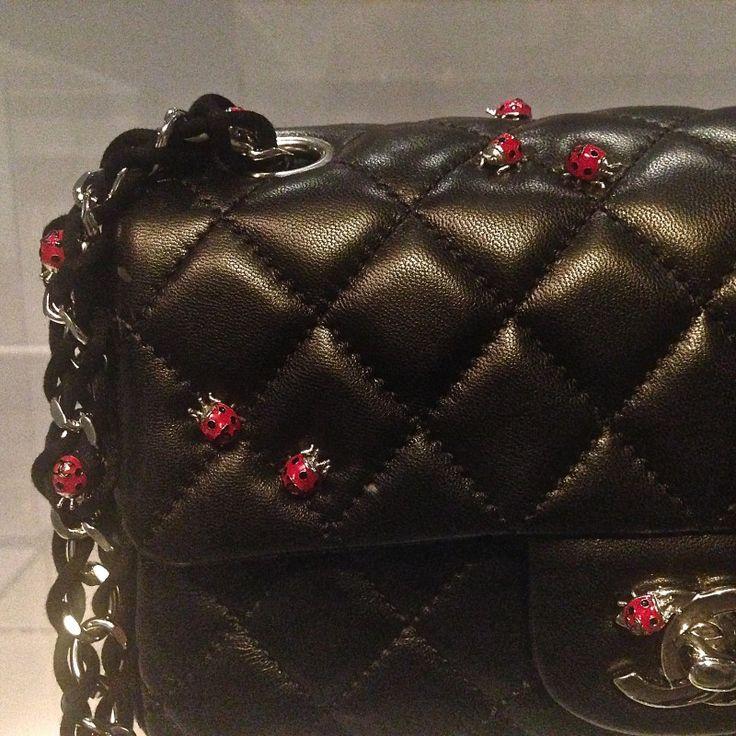 De iconische tas Chanel 2.55 viert haar 60e verjaardag. Tassenmuseum Hendrikje wijdt een speciale tentoonstelling aan deze bijzondere tas. #amsterdam #chanel #chanel255
