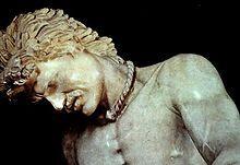 """Musei Capitolini :  particolare del """"Galata Morente """" ; il soggetto presenta i tratti tipici del guerriero celtico, zigomi alti, acconciatura dei capelli dalle folte e lunghe ciocche,  i baffi , una torque intorno al collo (la collana tipica di quelle popolazioni) , Col tipico patetismo della scuola di Pergamo, l'artista evidenziò il dolore dello sconfitto, accentuandone il coraggio e il valore e quindi, dall'altro lato, le qualità militari dei vincitori."""