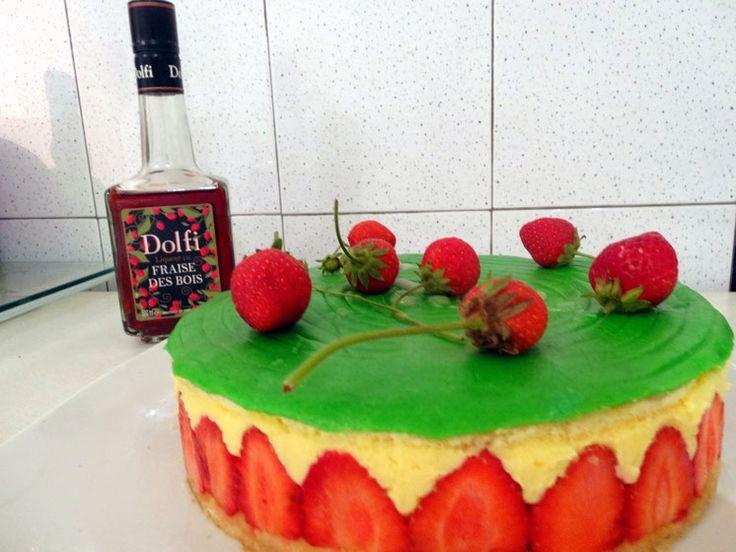 Une génoise, une crème mousseline, des fraises: la recette avec des photos pas à pas pour réaliser fraisier classique à la maison facilement.