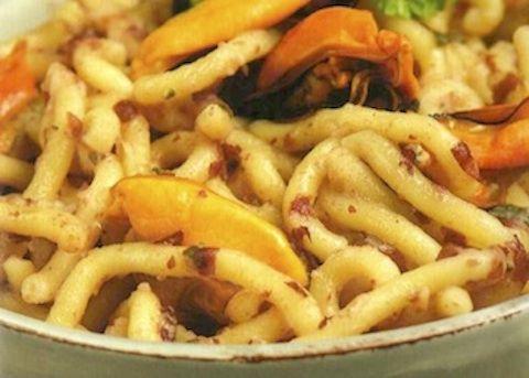 La Gramigna ai fagioli e frutti di mare viene realizzata pulendo per bene le cozze, facendole cuocere con l'aglio e il prezzemolo, quindi cuocendo i ...