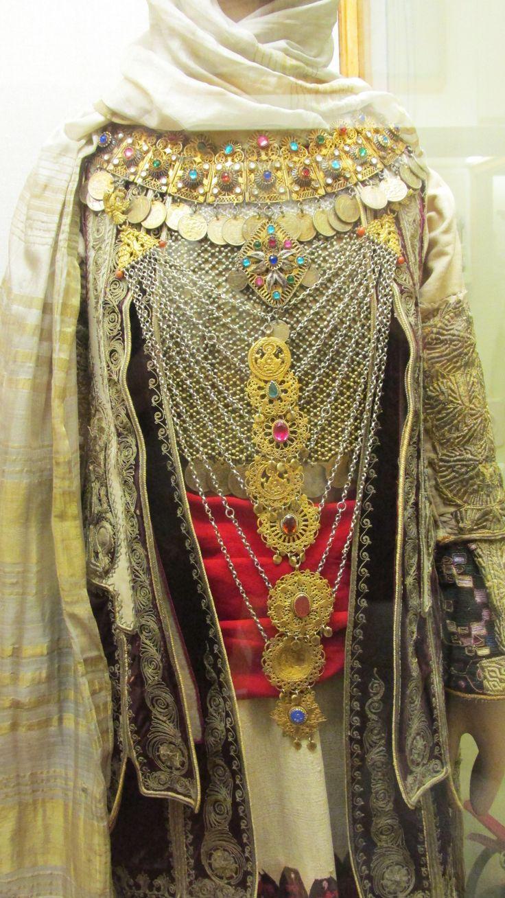 Στολίδια που κοσμούν την αρβανίτικη γυναικεία φορεσιά απ τα Μεσόγεια Αττικής./(Εθνικό Ιστορικό Μουσείο,Αθήνα)