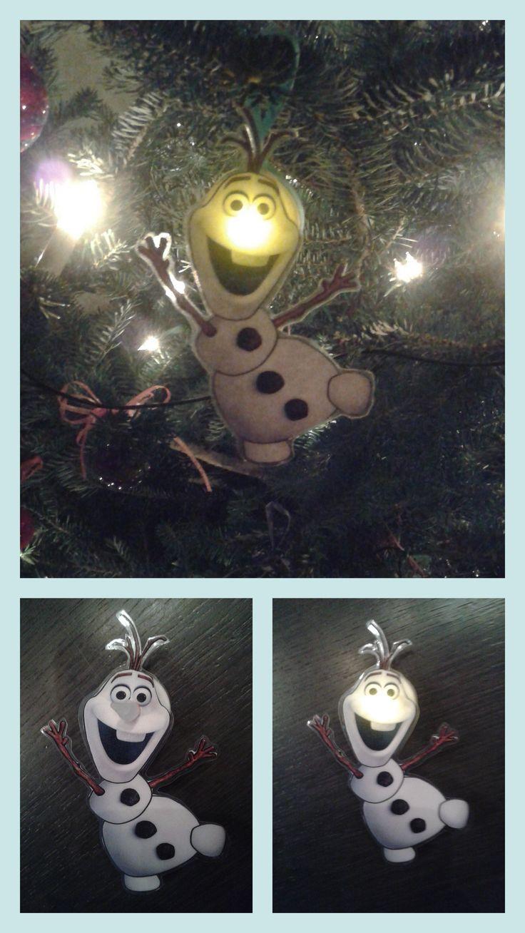 Olaf sneeuwpopje met led theelichtjes. Heel simpel om te maken je print en knipt de olaf uit, daarna seal je hem. Daarna stans je de neus uit en door dat gat doe je het lichtje. Strikje erom en nu hang je hem zo in bijvoorbeeld de kerstboom