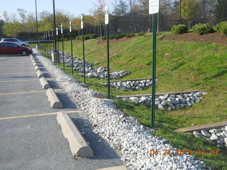 Trávy Swale pomocou zaškrtávacích priehrad.  Foto s láskavým dovolením Stormwater Údržba a Consulting, LLC.