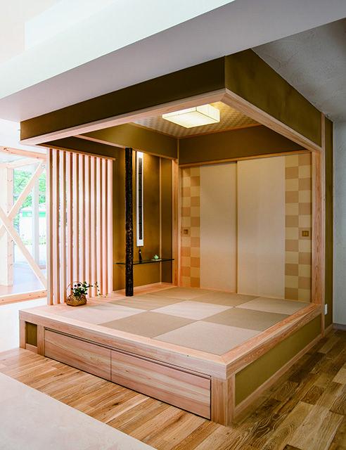 桧造りの小さな畳コーナーです。縦格子やガラスの飾り棚が和室にモダンな印象を醸します。|琉球畳|小上がり収納|