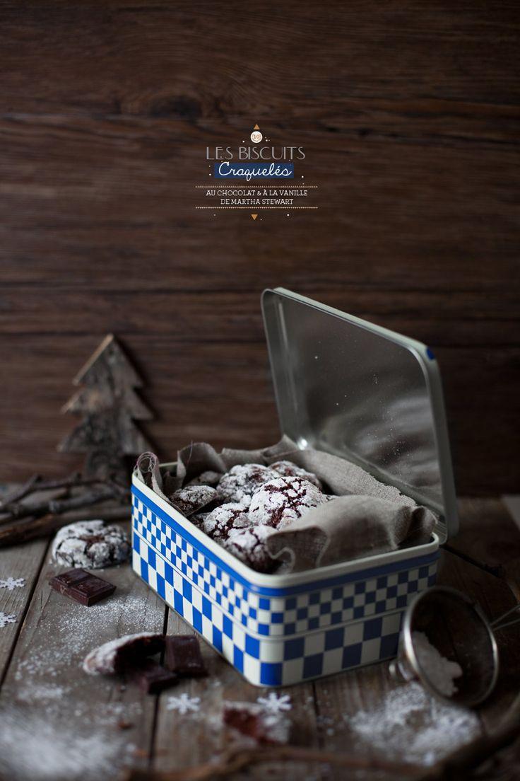 Recette biscuits craquelés au chocolat Blog Griottes - inspiration Martha Stewart  230 g de chocolat noir haché 180 g de farine 50 g de cacao en poudre non sucré 2 cuillères à café de levure chimique 1 pincée de sel 120 g de beurre à température ambiante 300 g de sucre roux 2 gros œufs 1 cuillère à café d'extrait naturel de vanille 80 ml de lait entier 200 g de sucre en poudre 120 g de sucre glace