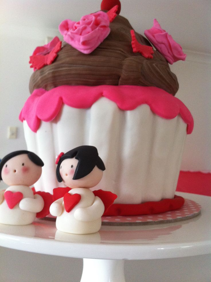 Love this fabulous giant cupcake in fondant with momiji dolls for valentine's, wedding or anniversary cake! http://outofman.com/2014/09/valentines-cake/
