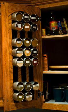 戸棚の扉を有効活用。紅茶ショップのような見やすくてスッキリした収納ができてます。