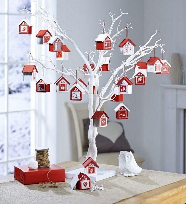 weiß bemalter kleiner Baum und kleine Haus-Anhänger