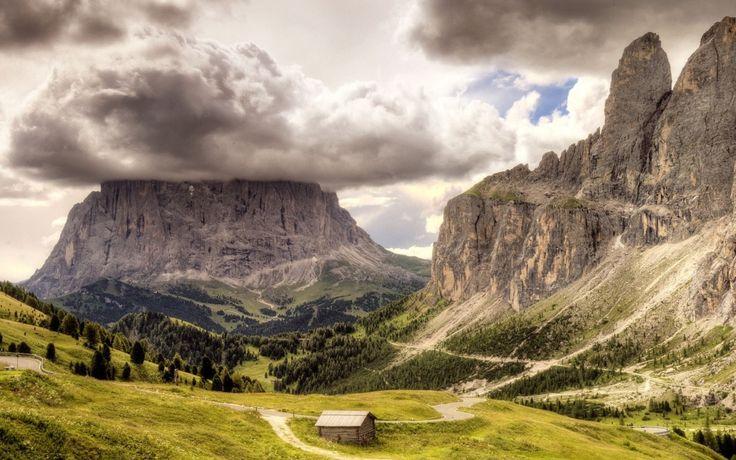 Siyah Bulutlar ve Engin Yüksek Dağlar Manzarası, Dağ Kulübesi Duvar Kağıdı