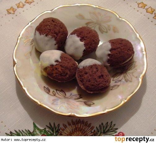 Cukroví - plněné ořechy1 salko 1 lžíce rumu hrst mletých ořechů 1/2 másla (125g)