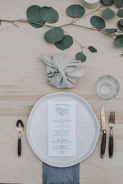Quelques feuilles d'eucalyptus, une faïence artisanale, et le tour est joué pour une jolie table
