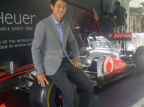 Kei Nishikori checks out Jenson Button F1 car in Singapore http://doartenis.ro/2012/09/foto-kei-nishikori-s-a-fotografia-cu-bolidul-de-formula-1-al-lui-jenson-button/