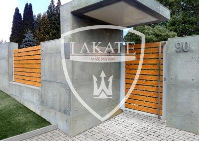 Pięknie zadaszone wejście na posesje, połączenie nowoczesności z ponadczasowym drewnem, przęsła, furtka, brama aluminiowe panele Alu Fence Wood Optimal realizacja Kielce