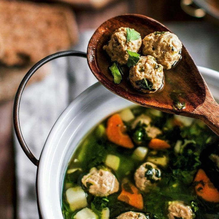 554 отметок «Нравится», 7 комментариев — Кулинарная книга ПП-рецептов (@pp_cook_book) в Instagram: «Лёгкий суп со шпинатом и фрикадельками из индейки🍲 Фарш из индейки: ~1 кг Яйцо: 1 шт Лук репчатый…»