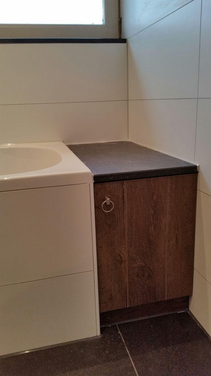 Een andere efficiëntere manier om de kopse kanten van een bad af te werken. In dit geval in Markelo aan zowel de linker als rechterzijde, het afdekblad is van Keratop.