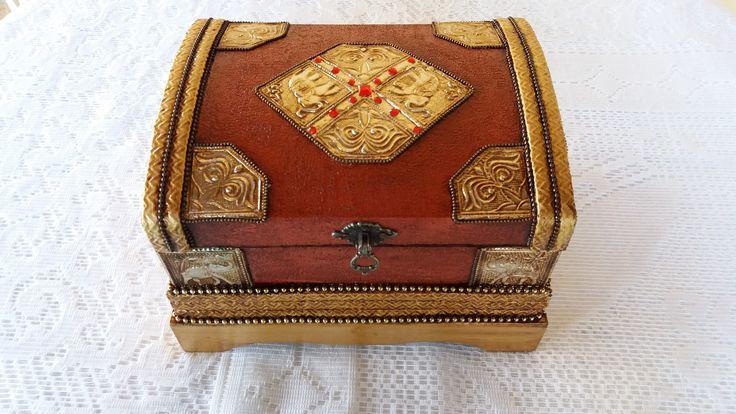 Bau com textura vermelha , detalhe dorado e latonagem envelhecida . www.elo7.com.br/esterartes