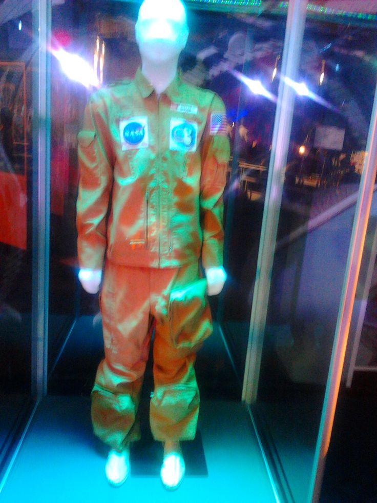Gateway to space. Kalhoty a bunda určené pro dlouhodobý pobyt astronautů na stanici Skylab. Šité byly přesně na postavu astronauta.