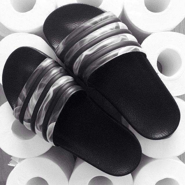 . Adilette by Rita Ora  . 海外旅行にいくとき、みんな室内スリッパ持って行くと思うんですが、実はスポーツサンダルがあると、とっても便利よ . トラベルグッズや旅のコツについてのblogやってるよーん♡ ✔Check it out! . . #Adidas #adilette #sandals #slippers #fashion #trends #minimal #instaminimal #simple #monochrome #blackandwhite #travel #travelworld #traveler #海外旅行 #旅のコツ #トラベル #トラベルグッズ #機内持込み #スポーツサンダル #アディダス #アディレッタ