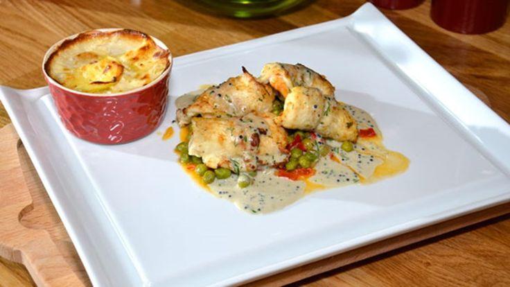 Dil Balığı Sarma. Malzemeler: 1 su bardağı bezelye (haşlanmış), 1 adet kuru soğan (yemeklik doğranmış), 1 adet kapya biberi (küp doğranmış), 3- 4 diş sarımsak (kıyılmış), 3 yemek kaşığı zeytinyağı, 2 yemek kaşığı dolmalık fıstık, 1 kâse karides, 1 çay bardağı parmesan peyniri rendesi, 2 – 3 dal dereotu (kıyılmış), 1 adet dil balığı, 1 yemek kaşığı tereyağı.  www.turkmaxgurme.com/