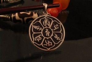 Magnifique pendentif, d'excellente qualité, en argent massif, sur lequel est représenté le mantra bouddhiste Om Mani Padme Hum, en tibétain. ----------------------------------------------- Nice silver tibetan pendant with Om Mani Padme Hum.