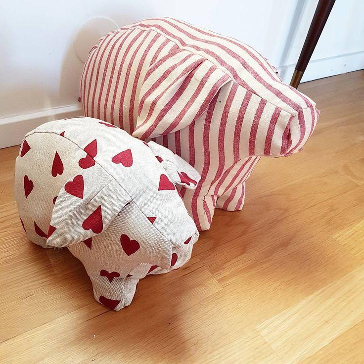 """Emelie (@hantverkarsystrar) Julens grisar är nu sydda och stoppade. Nu väntar bara på granen så de får stå under den  #pyssel…"""""""
